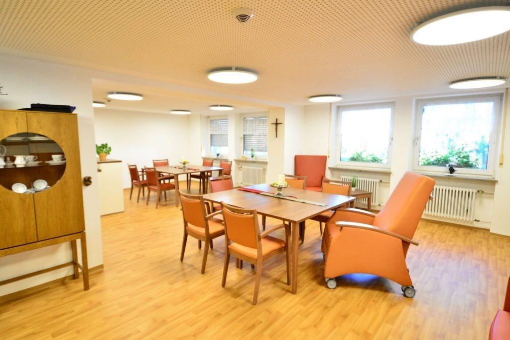 Einrichtung für Tagespflege Tische Stuehle Ruhesessel 1024x682 - Sessel & Sofa