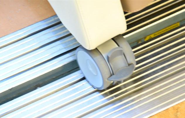 multiCare 9 Rolle am Aufzug - Hochwertige Pflegesessel